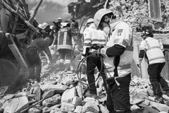 L'urgence sert d'équipier au tremblement de terre, Pescara del Tronto, Italie Photos stock