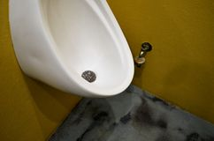 L'urinoir des hommes dans la toilette images libres de droits