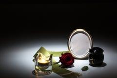 L'urne noire avec la bande verte, s'est levée, bougie pour la carte de sympathie Images libres de droits