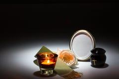 L'urne noire avec la bande verte, s'est levée, bougie pour la carte de sympathie Photographie stock libre de droits