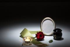 L'urne noire avec la bande verte, s'est levée, bougie pour la carte de sympathie Photo stock