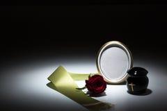 L'urne noire avec la bande verte, s'est levée, bougie pour la carte de sympathie Photos stock