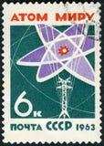 L'URSS - 1963: diagramma dell'atomo di manifestazioni e linea elettrica, mondo senza armi e guerre Immagine Stock Libera da Diritti
