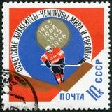 L'URSS - 1966: giocatore di hockey su ghiaccio di manifestazioni, vittoria sovietica nell'europeo e campionati del hockey su ghia Fotografia Stock