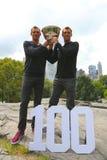 L'US Open 2014 campioni dei doppi degli uomini ballonzola e Mike Bryan che posa con il trofeo in Central Park Fotografie Stock Libere da Diritti