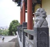 L'uscita dal tempio in Asia fotografie stock