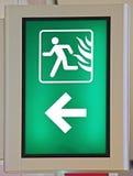 L'uscita di sicurezza di emergenza firma dentro il colore verde Fotografie Stock Libere da Diritti