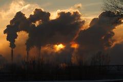 L'usine avec de la fumée et la pollution atmosphérique sale images stock