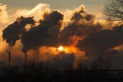 L'usine avec de la fumée et la pollution atmosphérique sale photographie stock libre de droits