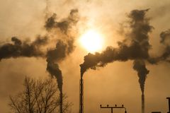 L'usine avec de la fumée et la pollution atmosphérique sale photos libres de droits