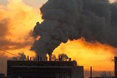 L'usine avec de la fumée et la pollution atmosphérique sale image stock
