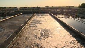 L'usine d'installation de traitement de l'eau met des bassins en commun des eaux usées sales et des grands tuyaux banque de vidéos