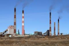 L'usine fonctionnante de combustion lente de tuyau polluent l'atmosphère de l'eart Images stock