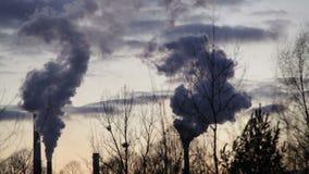 L'usine pour le traitement d'à fonte et d'en acier, des cheminées de fumée noircissent, brouillard enfumé dans la ville Ostrava,  banque de vidéos