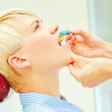 L'uso corretto di uno spazzolino da denti per orale perfetto Fotografia Stock