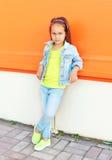 L'uso del bambino della bambina di modo jeans copre Fotografie Stock Libere da Diritti