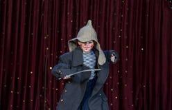 L'uso del ragazzo compone e grande cappotto con Toy Sword Immagine Stock Libera da Diritti