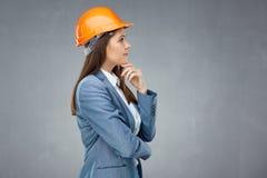 L'uso dell'architetto del costruttore della donna protegge il sembrare del casco riuscito Fotografia Stock Libera da Diritti