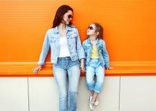 L'uso felice del bambino e della madre jeans copre Fotografia Stock