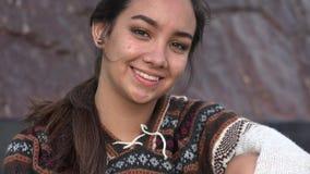 L'uso peruviano teenager sorridente della ragazza tricotta il maglione archivi video
