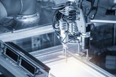 L'uso robot del braccio in linea di produzione di elettronica con l'effetto della luce fotografia stock