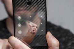 L'utilisateur de Smartphone passe le système de protection biométrique sous forme de clé graphique Le concept de la protection de image stock