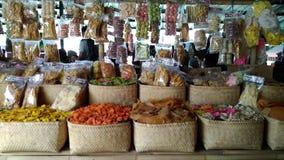 L'utilisation éditoriale seulement, des biscuits de crevette rose font des emplettes, Bandung Java Indonesia occidental le 27 oct image stock