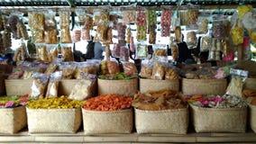 L'utilisation éditoriale seulement, des biscuits de crevette rose font des emplettes, Bandung Java Indonesia occidental le 27 oct images libres de droits
