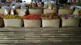 L'utilisation éditoriale seulement, des biscuits de crevette rose font des emplettes, Bandung Java Indonesia occidental le 27 oct photos stock