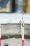L'utilisation d'encens au tombeau Déclaration de la foi le respe de restauration photos stock