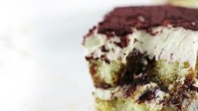 L'utilisation d'homme la cuillère pour mangent le dessert italien traditionnel de gâteau fait maison délicieux de tiramisu sur le banque de vidéos