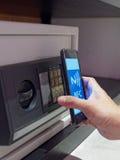 L'utilisation de téléphone de Nfc's pour ouvrent le compartiment de coffre-fort Image stock