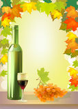 L'uva, il vetro di vino e la bottiglia maturi wine. Fotografie Stock