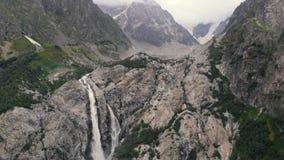 4l - Vue merveilleuse des cascades parmi de hautes roches dans Caucase, action aérienne banque de vidéos