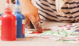 L weinig babymeisje een beeld trekt schildert postmodernism, talent stock foto