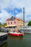 L'yacht attraversa il fossato di Dassel, Klaipeda, Lituania Fotografie Stock