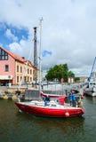 L'yacht attraversa il fossato di Dassel nel porto del castello di Klaipeda Immagini Stock Libere da Diritti