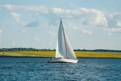 L'yacht che partecipa al regatta Fotografie Stock Libere da Diritti