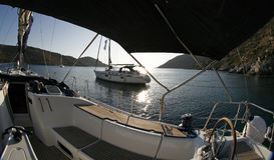 L'yacht che sta in mezzo alla baia silenziosa sopra vede Fotografie Stock