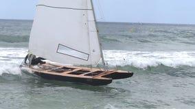 L'yacht della navigazione, catamarano va alla spiaggia del mare stock footage