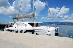 L'yacht della vela è in porto Fotografia Stock