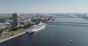 L'yacht di volo del fuco della città del fiume e dell'IL di Dugava del ponte strallato della città di Riga ferry video d archivio