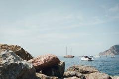 L'yacht e le barche nel Vernazza abbaiano in parco nazionale Cinque Terre, Liguria, Italia immagine stock