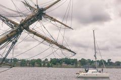 L'yacht funziona lungo il Daugava del fiume a Riga immagini stock