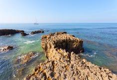 L'yacht galleggia attraverso l'Oceano Atlantico Fotografia Stock Libera da Diritti