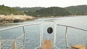 L'yacht galleggia dopo le rocce archivi video