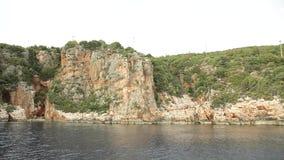 L'yacht galleggia dopo le rocce video d archivio