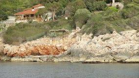 L'yacht galleggia dopo le rocce stock footage