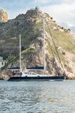 L'yacht lascia la baia Immagine Stock
