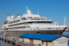L'yacht luxe classe L'Austral su una banchina all'argine inglese, St Petersburg Immagine Stock